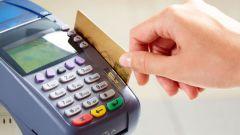 Как оплачивать покупки зарплатной картой