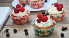 Как приготовить сливочные капкейки с шоколадной начинкой и ягодами