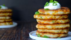 Как приготовить картофельные оладьи с сыром и зеленью