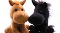 Как смастерить лошадь из носков или колготок своими руками