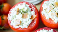 Приготовление идеальной закуски: помидоры, фаршированные сыром и чесноком
