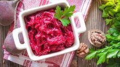 Богатые витаминами блюда: салат из свеклы