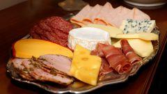 Праздничная сервировка стола: несколько способов красивой нарезки