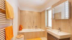 Натяжной потолок в ванной - практично и удобно
