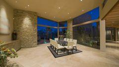 Практичный красивый пол с глянцевой напольной плиткой