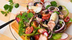 Простой быстрый салат со шпротами и сухариками