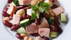 Очень сытный салат из фасоли и курицы