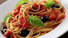 Спагетти с курицей под соусом