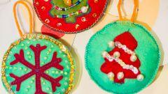 Как сделать новогоднюю игрушку из фетра
