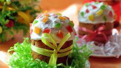 Кулич с миндалем, изюмом и цукатами под сахарной глазурью