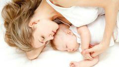 Почему маме полезно спать вместе с малышом