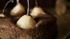Шоколадный пирог с грушами и корицей
