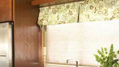 Оригинальная идея для интерьера: полка над окном