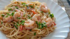 Как приготовить спагетти с креветками в сливочном соусе