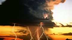 Как научиться фотографировать молнию?