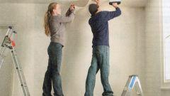 Как оклеить потолок обоями