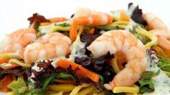 Как приготовить легкий салат с креветками и овощами
