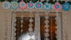 Новогодний декор: как сделать шторы из бумажных снежинок