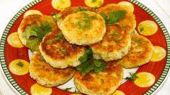 Картофельные оладьи с горошком и соусом