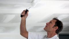 Как осуществить побелку потолка