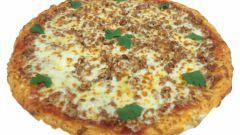Пицца с фаршем, грибами и колбасой