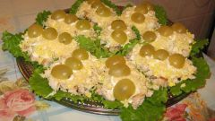 Салат с виноградом, курицей и макаронами