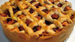 Пирог из песочного теста с яблоками и сливами