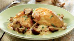 Как приготовить курицу под сметанно-грибным соусом