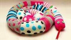 Шьем игрушечную змею из носков