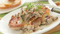 Как приготовить свинину в сливочном соусе с грибами