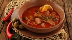 Как приготовить сборную солянку с мясом и копченостями