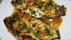 Как приготовить карася в сметане с картофелем и помидорами