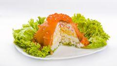 Как приготовить слоеный салат с красной рыбой