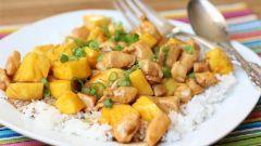 Как приготовить куриную грудку с ананасами и сыром в духовке