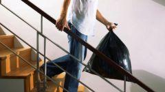 Почему нельзя выносить мусорное ведро вечером