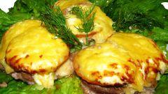 Как приготовить свиные биточки с помидорами и сыром в духовке