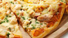 Как быстро приготовить пиццу с курицей и ананасами