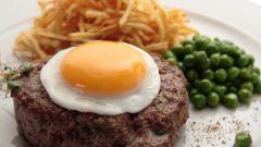 Как приготовить бифштекс с картофелем и яйцом