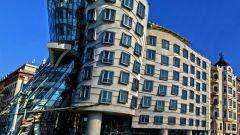 Чем привлекает туристов «танцующий дом» в Праге