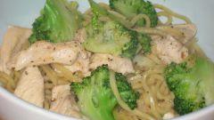 Как приготовить лапшу с курицей и брокколи