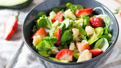 Как приготовить салаты из клубники