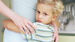 Как вести себя родителям, если ребенок боится чужих людей