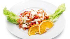 Как приготовить легкий салат с клубникой