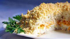 """Как приготовить салат """"Мимоза"""" с сайрой"""
