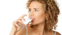 Какую воду лучше употреблять: сырую или кипяченую
