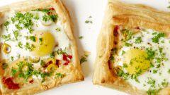 Как приготовить слойки с яйцом, ветчиной и сыром