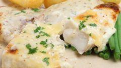 Как запечь рыбу в сметанном соусе