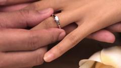 Какими бывают помолвочные кольца из белого золота