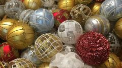 Почему елку украшают шарами