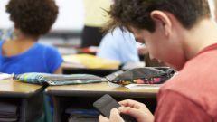 Имеет ли право забирать учитель телефон на уроке